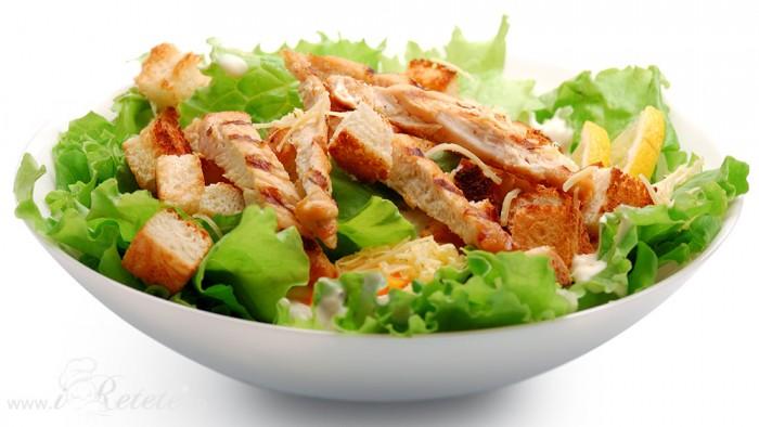 Salata cu piept de pui la gratar, crutoane si parmezan ras