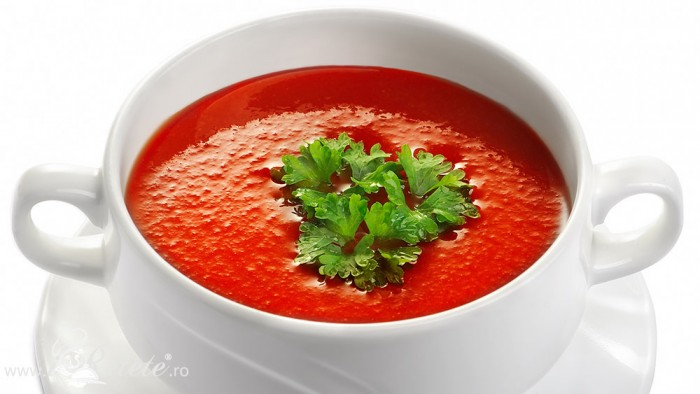 Supa crema de rosii ornata cu patrunjel verde