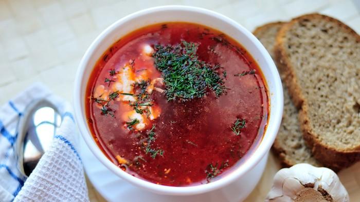 Supa de sfecla rosie cu usturoi servita cu smantana si marar verde