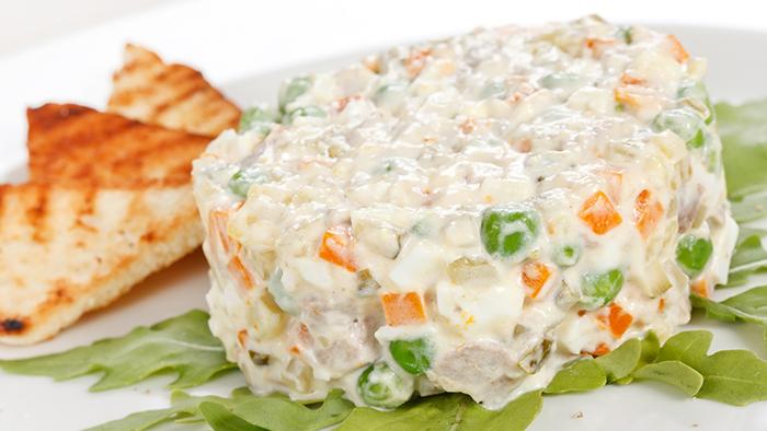 Salata ruseasca servita cu paine prajita