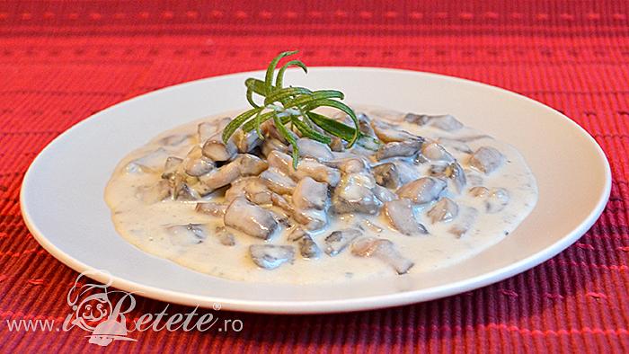 Ciuperci cu sos gorgonzola ornate cu rozmarin