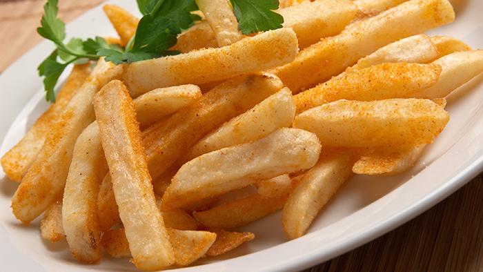 Cartofi prajiti condimentati si ornati cu patrunjel verde