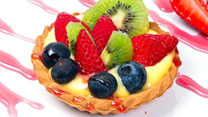 Mini tarta cu fructe stropita cu sirop de capsuni