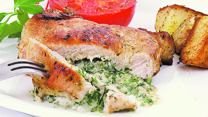 Cotletele de porc umplute cu ierburi aromate se pot servi cu cartofi copti sau prajiti